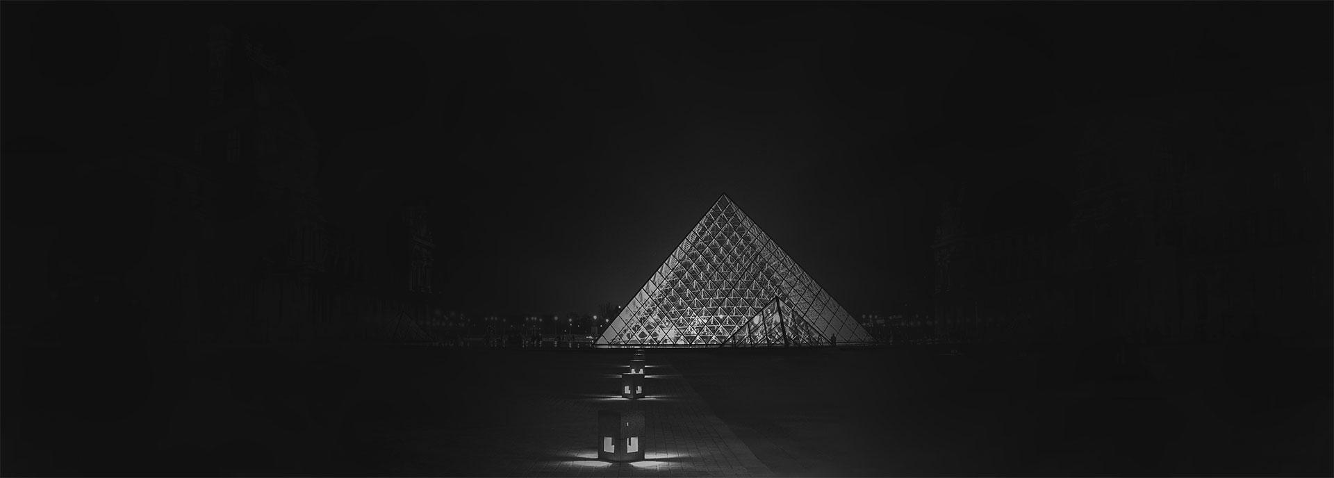 пирамида на тъмен фон за бложка на секция клиенти